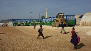 Schoolcontainers beschilderd door Esther van der Ham in het vluchtelingenkamp Bab-as-Salaam